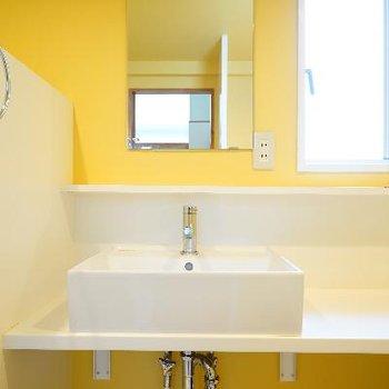 洗面台は黄色の壁がかわいい!※写真は前回募集時のものです