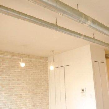 天井が無骨でカッコいい!※写真は別部屋です