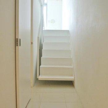 玄関から白い階段を上がってLDKに進みます。
