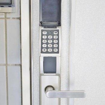 玄関は鍵はなくて暗証番号式です。