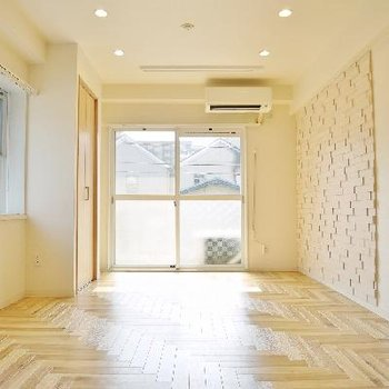 天井の間接照明はステップ調光。