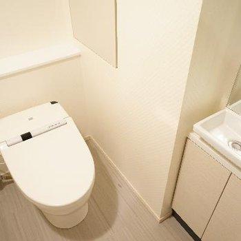 トイレはタンクレスで専用の洗面台も!