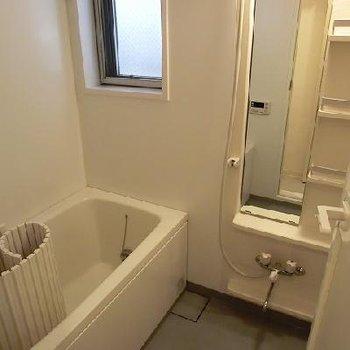 窓、追い焚きつきのお風呂場※写真は別部屋