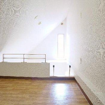 天井付近にも窓があって明るいロフト