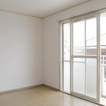 大型窓で明るい洋室
