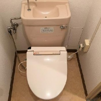 トイレは個室でウォシュレットもついています