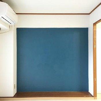 ブルーの塗り壁