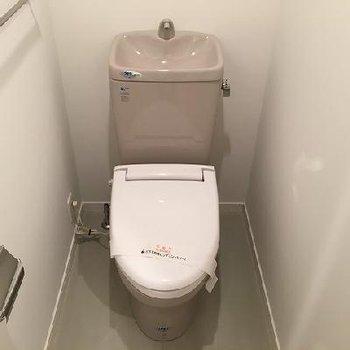トイレはグレー。個室です