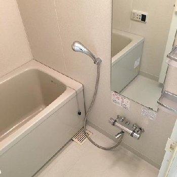 お風呂は一人暮らしなら満足のサイズ!
