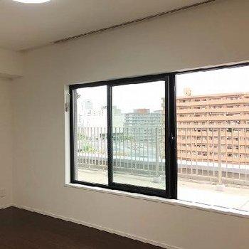 バルコニーへの窓は高さが低め