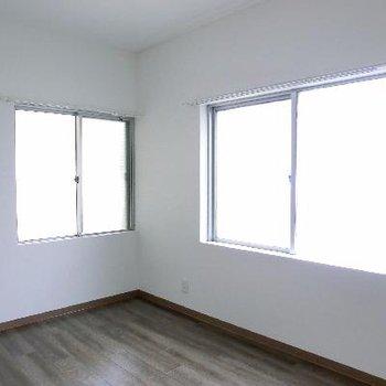 玄関横の別室。こちらも2面採光。