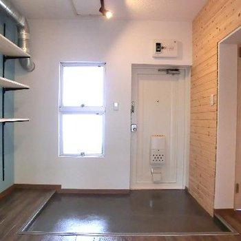 自慢は玄関!無垢材に、ブルーのオープン飾り棚。