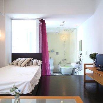 お部屋の奥に確かな存在感、ガラス張りバスルーム。