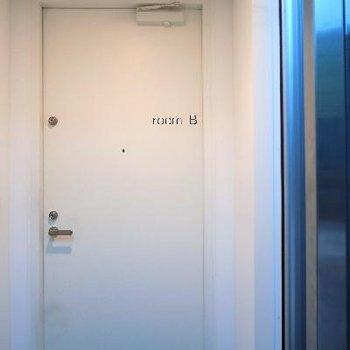 エレベーターの先にすぐ玄関。