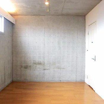 お部屋全貌。右のは靴箱