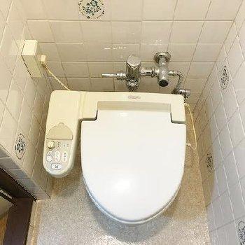 トイレ、なかなか時代を感じるタイル