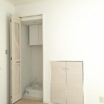 洗濯機置き場は隠せます。横は会談した収納