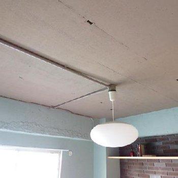 スケルトンの天井。剥き出しの配管がかっこいい!!