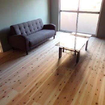 床には無垢材のフローリング。パイン材です。