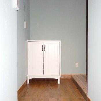 玄関には可愛らしい下駄箱が。