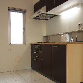 キッチンは白タイル、広々。※画像は別室です