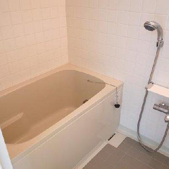 お風呂は追炊き付きの大きなタイプ※画像は別室です