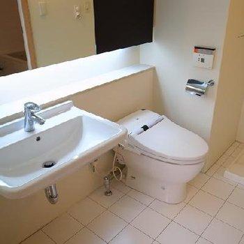 洗面台とトイレは並んでいます。※画像は別室です