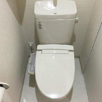 トイレには収納棚もあります。