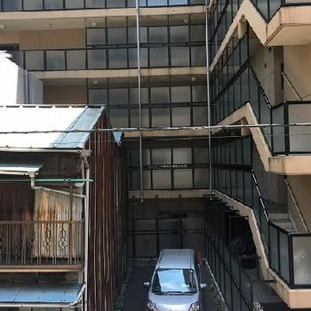ビルに囲まれているので眺望は期待できません。。