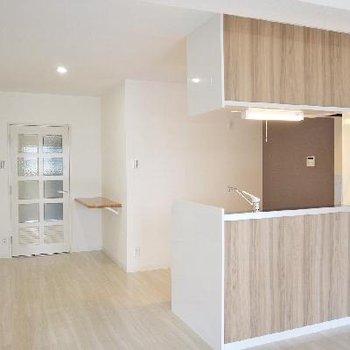 廊下に作業台と物入れが設置され使いやすさがアップ