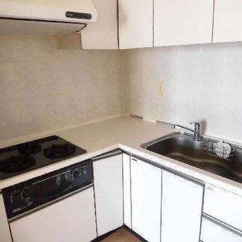 L字型のキッチンは大きめでも場所取らず!*フラッシュ撮影です