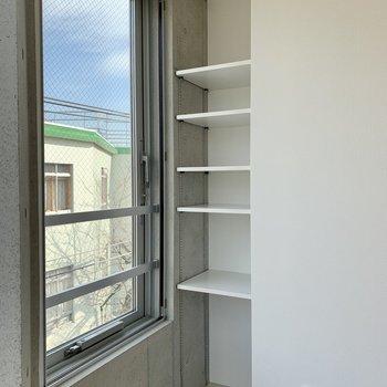 【Bedroom】側にはちょっとした棚が。雑貨や本などを並べて。
