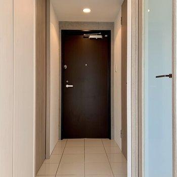 玄関にはシューズボックスがないので、コンパクトなタイプを置くと良さそう。