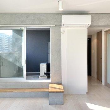 【LDK】コンクリート打ちっ放しのお部屋ですが、3つの窓で明るいです。