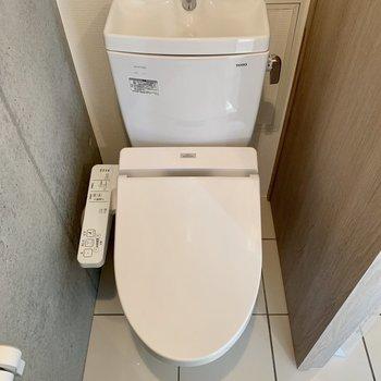 トイレ上に棚をつけると予備のトイレットペーパーが置けますよ。