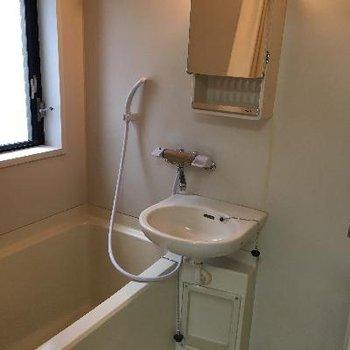 お風呂は2点ユニット、キレイです。