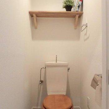 木製便座もついてあたたかみのあるトイレに♪