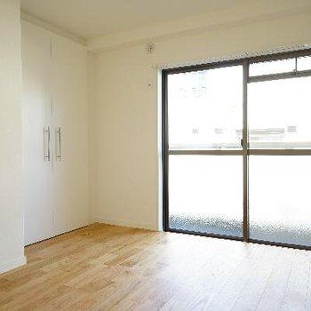 6帖の居室も窓が大きく明るい!