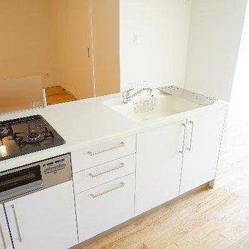 キッチンは大型で3口ガス!調理スペースがしっかりあるのも嬉しい。
