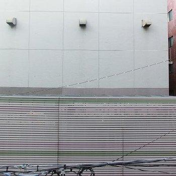 ベランダからの眺めは道路向こうの壁