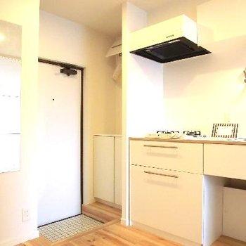 玄関は白いタイルでお部屋のストーリー性がみえます♪全身鏡も嬉しいポイント◎