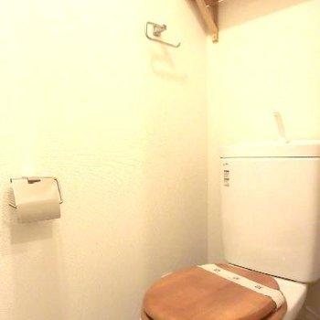 トイレにまで木のぬくもりが。逆サイドに棚もある広々トイレ◎◎