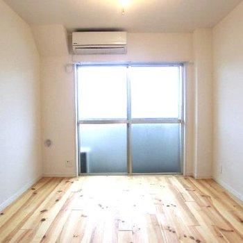 大きな窓で採光◎なリビング温かな印象のパインの無垢床に!