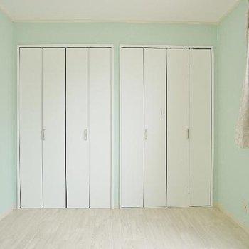 寝室はエメラルドグリーン!