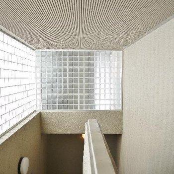 ここは3階。廊下が暗いならないように配慮。