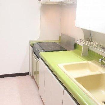 ちょっと変わった雰囲気のキッチンには2口IHコンロを完備