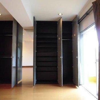 棚と引出し付きのクローゼット!壁一面で大容量ですね