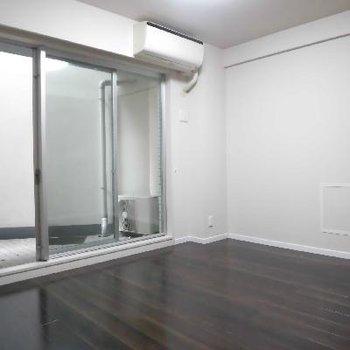 地下1階の洋室広いんです!そしてバルコニーも広いんです!