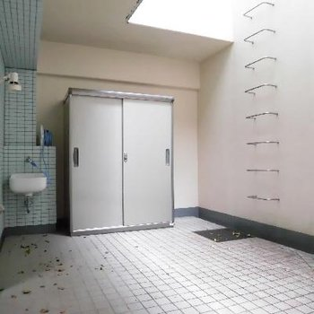 地下1階のバルコニー広い!水道付き!なんかしたい!