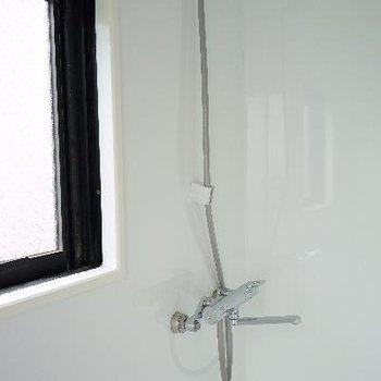 となりにシャワーが。